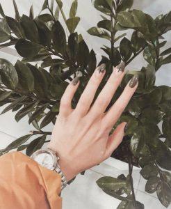 χακί νύχια άσπρα σχέδια