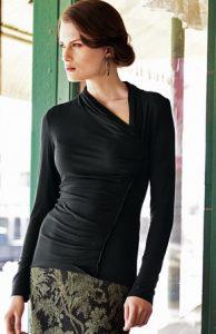Μπλούζα μαύρη με ασύμμετρη λαιμόκοψη