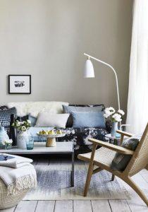 ασπρόμαυρος καναπές με μαξιλάρια