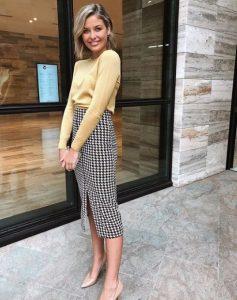 ασπρόμαυρη peencil skirt κίτρινο πουλόβερ