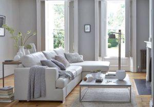 άσπρος γωνιακός καναπές με έντονο print χαλί με μοτίβο