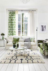 άσπρος καναπές καναπές με έντονο print χαλί με μοτίβο