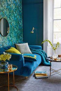 βελούδινος μπλε καναπές μεταλλικό τραπεζάκι