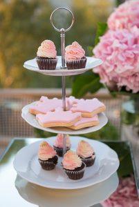δίσκος με ροζ γλυκά
