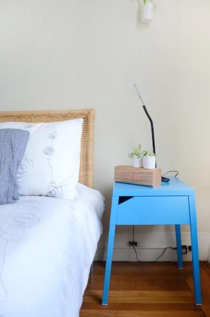 γαλάζιο κομοδίνο κρεβάτι
