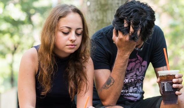 Ζευγάρι σε παγκάκι άνδρας λυπημένος- δεν σε εκτιμά