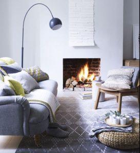 γκρι καναπές και ξύλινη πολυθρόνα