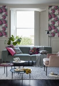 γκρι καναπές με floral μαξιλάρια και ροζ πολυθρόνα
