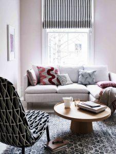 γκρι καναπές με μαξιλάρια και ξύλινο τραπεζάκι
