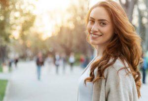 γυναίκα αυτοπεποίθηση χαμόγελο