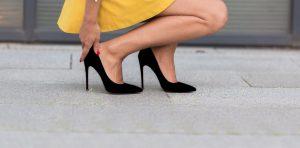 γυναίκα φοράει μαύρες μυτερές γόβες πονάνε πόδια