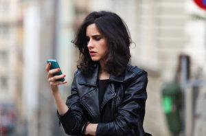 γυναίκα κοιτάει κινητό συνήθειες ρυτίδες