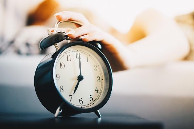 γυναικείο χέρι πατάει ξυπνητήρι πρωινές συνήθειες