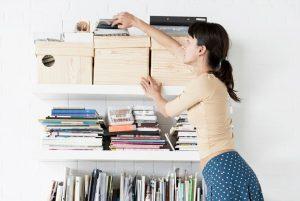 κοπέλα συμμαζεύει το σπίτι της καθαρή ατμόσφαιρα