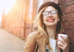 γυναίκα χαμόγελο αυθεντική ευτυχία