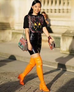 κολλητή βινύλ μαύρη φούστα κίτρινες μπότες
