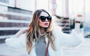 κοπέλα φοράει μεγάλα γυαλιά ηλίου