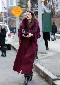 Μακρύ παλτό μοβ με γούνα