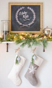 μαυροπίνακας χριστουγεννιάτικες κάλτσες ράφι διακόσμηση