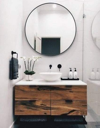 μεγάλος στρογγυλός καθρέπτης μικρό μπάνιο