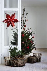 μικρό χριστουγεννιάτικο δέντρο κόκκινα στολίδια