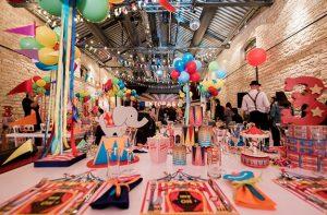 πολύχρωμα μπαλόνια σε πάρτι