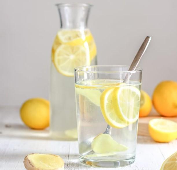 ποτήρι νερό με λεμόνι κουτάλι