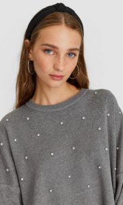 γκρι πουλόβερ με πέρλες