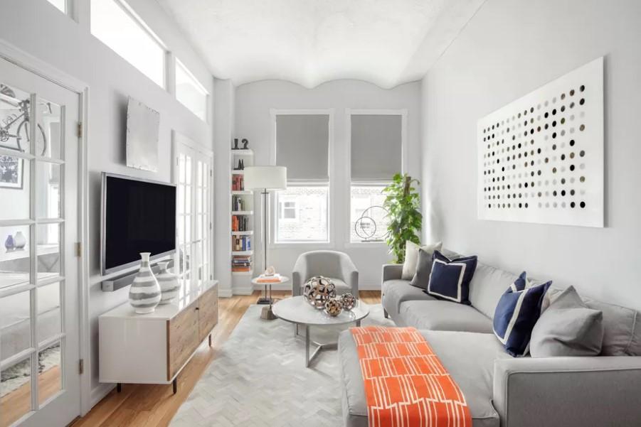 σαλόνι με άσπρους τοίχους
