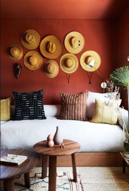 σαλόνι με δύο μικρά τραπέζια κόκκινος τοίχος
