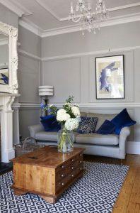 σαλόνι γκρι καναπές χαλί με μοτίβο