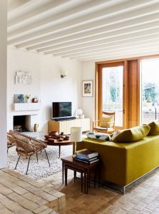 σαλόνι λαδί καναπές ξύλινες καρέκλες
