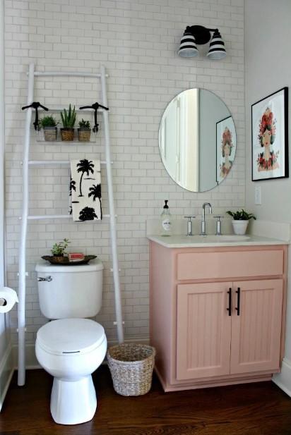 σκάλα αποθήκευσης άσπρη πάνω από λεκάνη μικρό μπάνιο