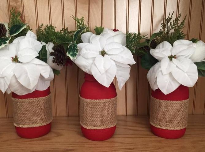 Κόκκινα ανθοδοχεία άσπρα λουλούδια