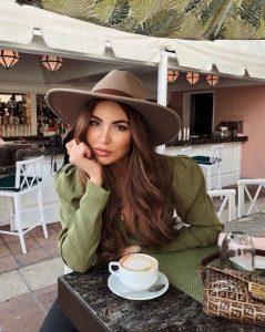χτένισμα με καφέ καπέλο μαλλιά Σαββατοκύριακο