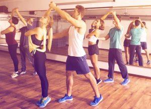 ζευγάρι κάνει μάθημα χορού