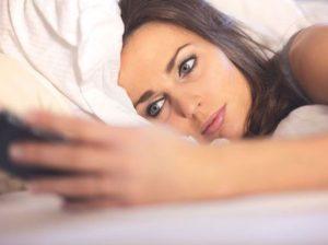γυναίκα κρεβάτι κινητό μηνύματα