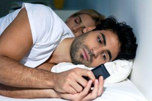 άντρας κινητό μηνύματα απιστία κρεβάτι