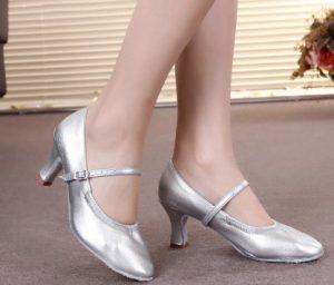 ασημί παπούτσι χορού