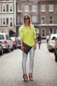 ασημί παντελόνι κίτρινο πουλόβερ