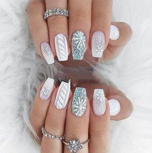 άσπρα και ασημένια νύχια με glitter χριστουγεννιάτικα σχέδια νύχια