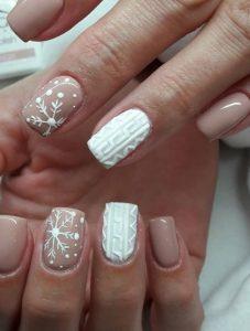 άσπρα και nude νύχια ανάγλυφα σχέδια χιονονιφάδες