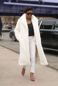 άσπρη μακριά γούνα άσπρο παντελόνι