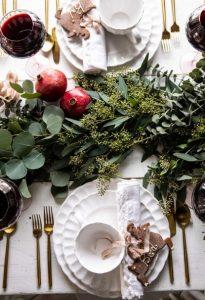 χριστουγεννιάτικο τραπέζι διακοσμημένο
