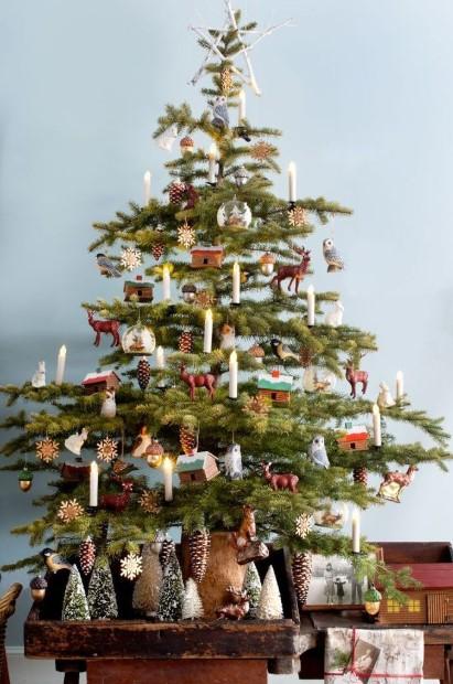 δέντρο με ξύλινα στολίδια χριστουγεννιάτικο στολισμό