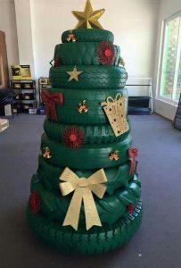 εναλλακτικό χριστουγεννιάτικο δέντρο από λάστιχα αυτοκινήτου