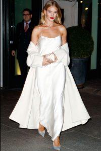 σατέν λευκό φόρεμα