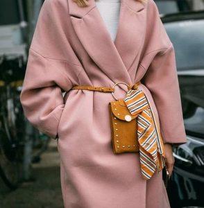 φαρδύ ροζ παλτό τσάντα ζώνη στιλιστικές επιλογές μεγαλύτερη