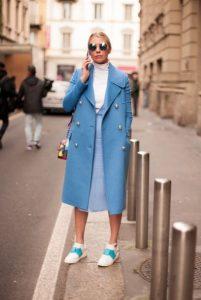 γαλάζιο παλτό μακρύ κουμπιά χρώματα χειμώνα