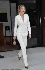 μοντέλο με άσπρο κοστούμι